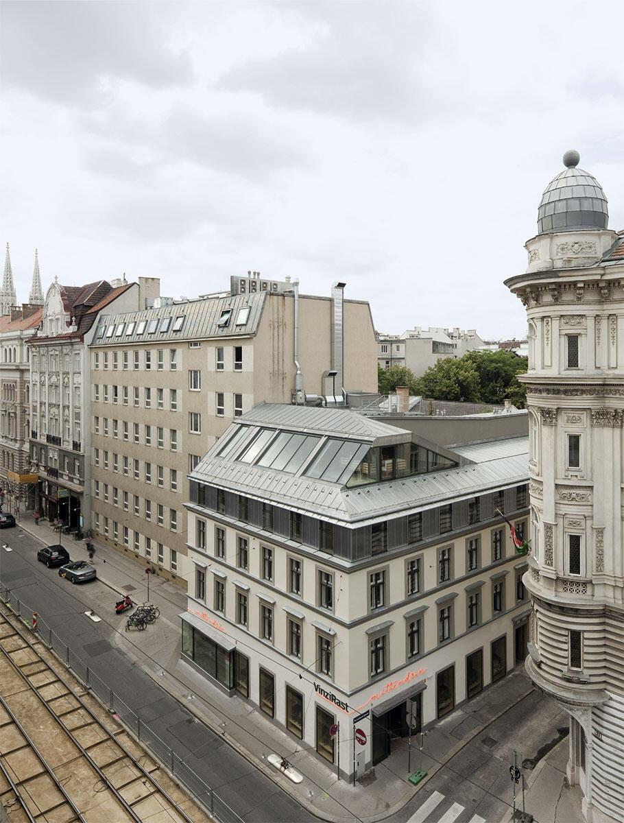 Der Biedermeierbau kragt in die Währingerstrasse in Wien: Sichtbarkeit für das soziale Wohnprojekt VinziRast von Gaupenraup Architekten und seine öffentlichen Nutzungen, wie Saal und Restaurant.