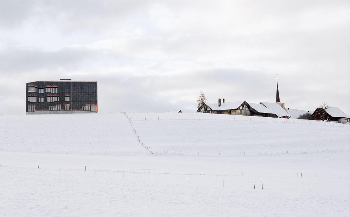 Ein Gewerbebau, die am Dorfrand dem Wetter trotzt? Oder eine Renaissance-Villa? Das neue Schulhaus ist von weit her sichtbar.