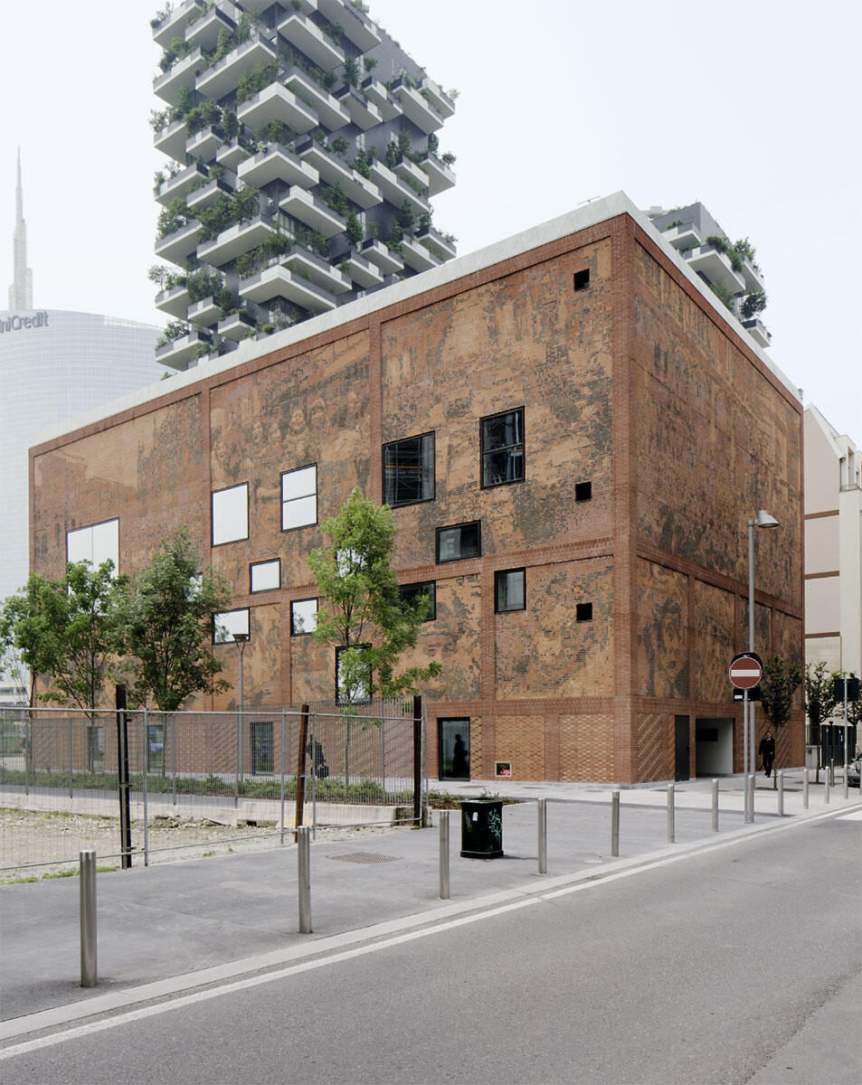 Backstein-Pixel erzählen von der Geschichte Mailands zwischen Totalitarismus und Terror. Im Schatten von Stefano Boeris Hochhäusern sind die entsprechenden Dokumente wie in einem Kornspeicher aufbewahrt.