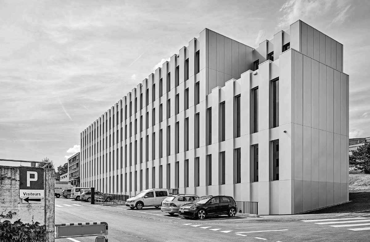 Près de l'autoroute et des bâtiments fonctionnels typiques, le bâtiment de la police se présente avec aplomb dans son enveloppe en tôle d'aluminium. Bild: Roger Frei