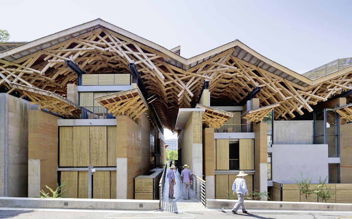 Unter dem Hebelstabwerk des Dachs strukturieren über 30 Schottenwände aus lokal gehobenem, vor Ort gestampftem und mit Bambus armiertem Lehm. Punktuell leisten Betonelemente Schutz vor Erdbeben oder grober Abnutzung.  Bild: Iwan Baan
