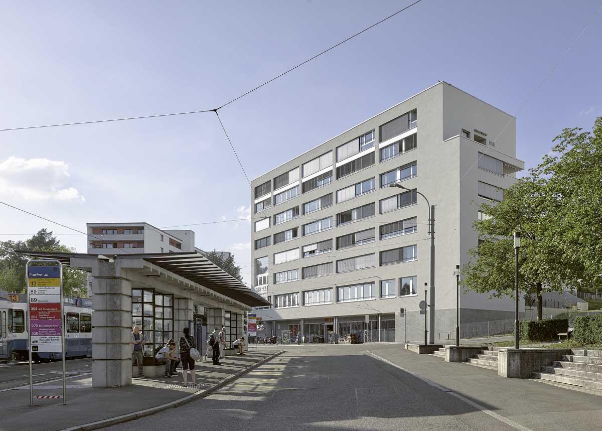 Der Kopfbau behauptet den städtischen Platz an der Tram-Endhaltestelle Frankental.  Bild: Beat Schweizer