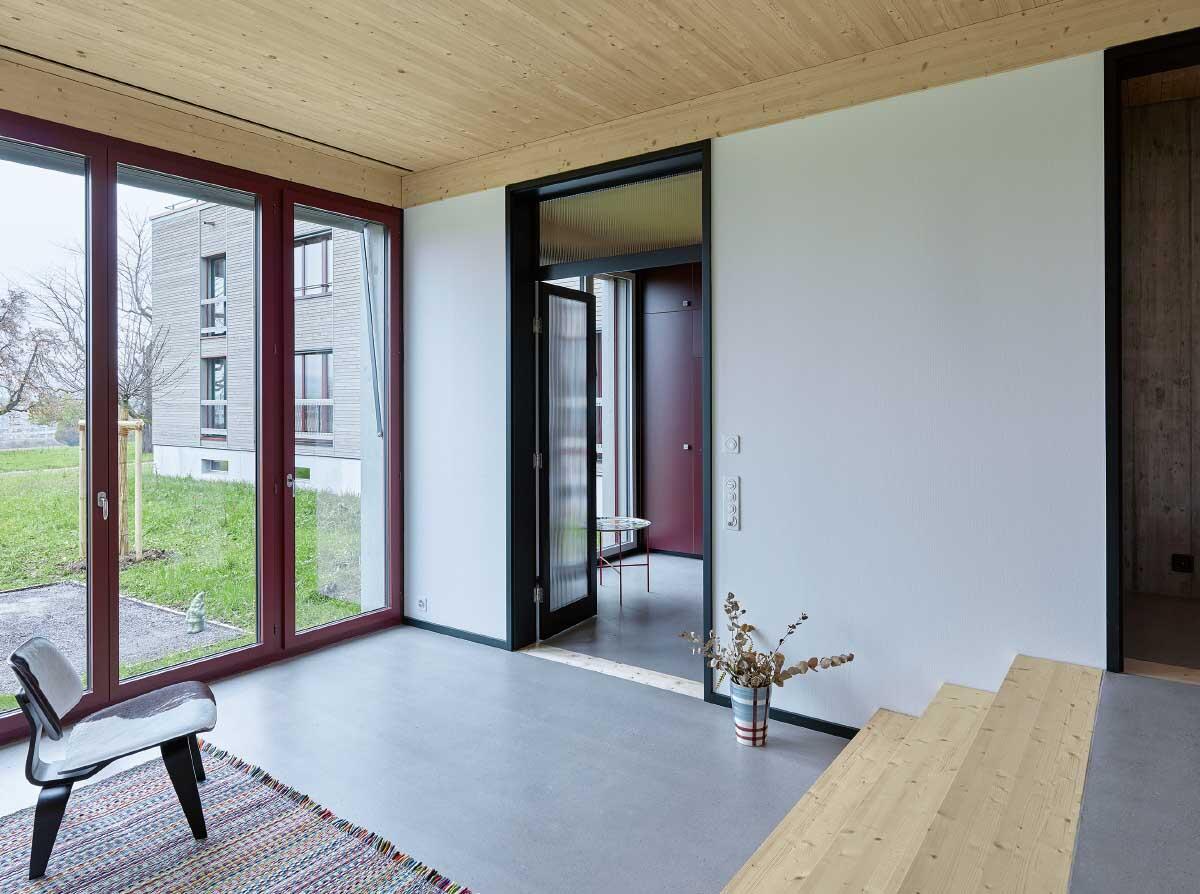 In den Erdgeschosswohnungen variiert die Raumhöhe und erlaubt einen Direktanschluss an den vorgelagerten Gartensitzplatz. Bild: Roland Bernath