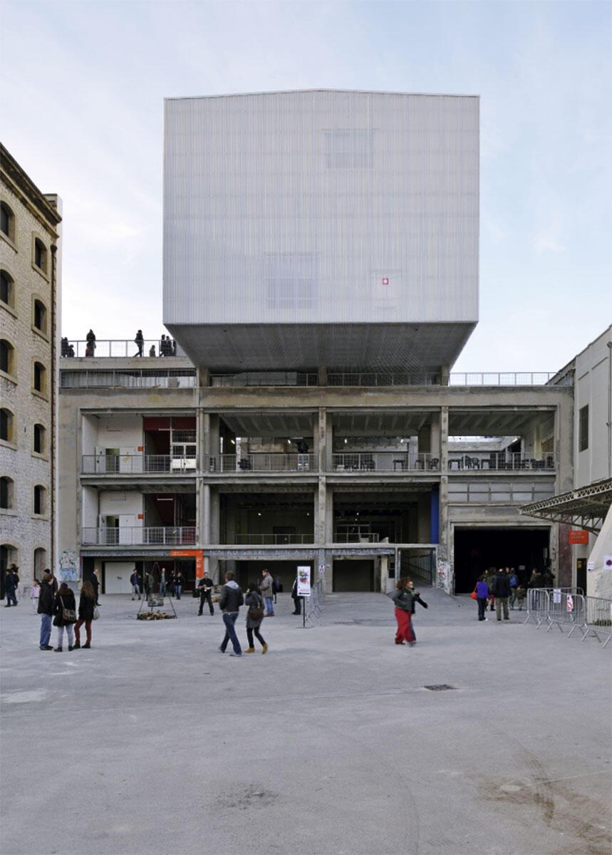 In den grossflächigen Bau des Lagergebäudes von der La Friche la Belle de Mai schnitten die Architekten ARM zur Belichtung offene Höfe ein. Ateliers füllen die Räume zwischen den Stützen, und über das begehbare Dach kragt die weisse Metallbox des «Panorama» mit einem hohen Ausstellungsraum.