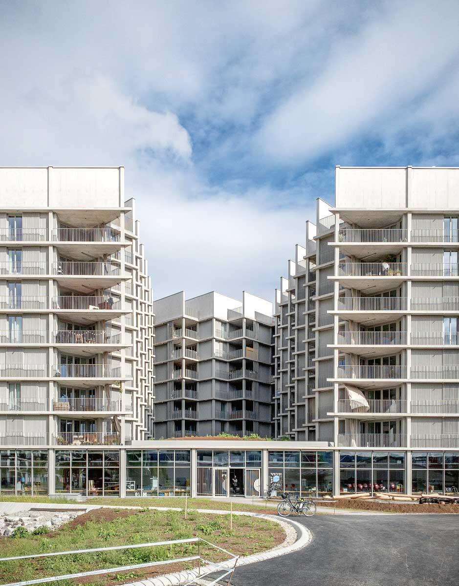 Aus Lärmgründen sind alle Wohnungen auf den Hof hin orientiert; die Zickzack-Form ermöglicht optimale Eckwohnungen. Im Erdgeschoss liegen öffentliche Nutzungen. Bild: Fabio Compagno