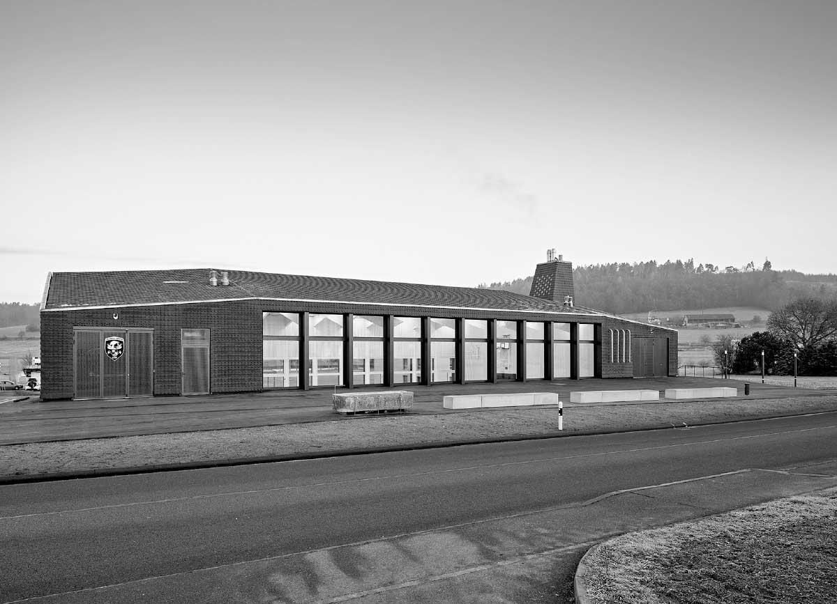 Largement ouverte sur l'espace public, la halle expose les activités locales et sportives. Bild: Roland Bernath
