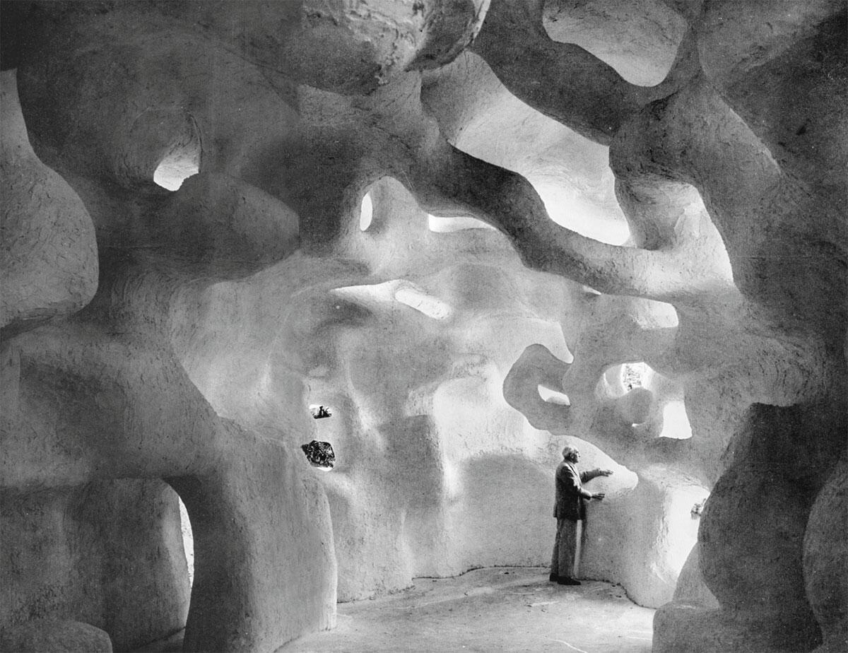 Die Sculpture habitacle 1 (1962) war aus Gips gebaut und stürzte bald wieder ein.