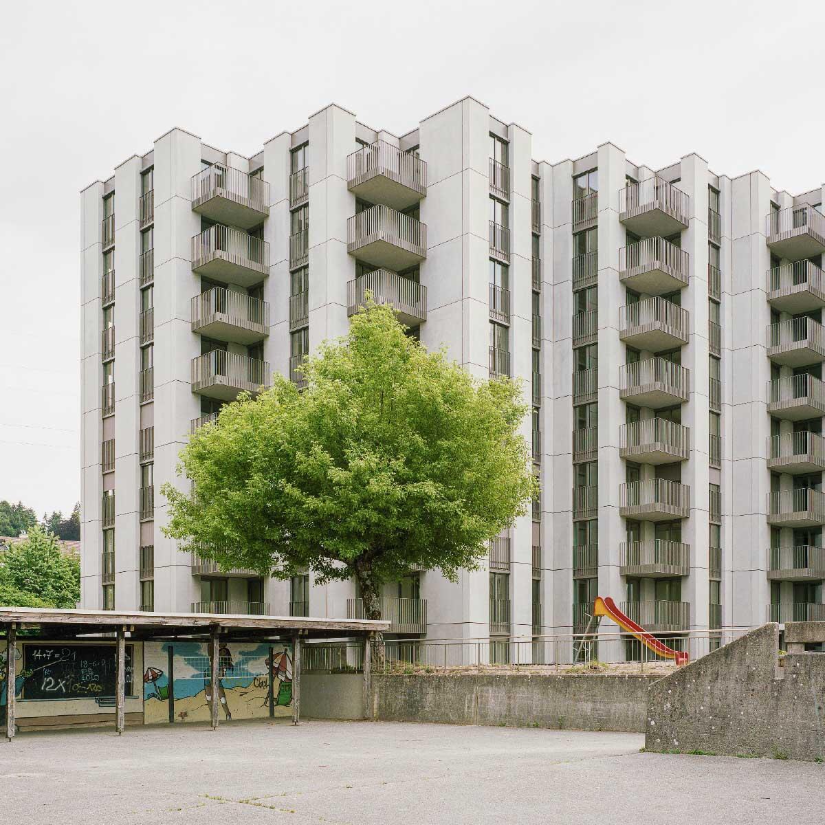 Mit individuell berankbaren Netzen und textil gewellten Betonelementen wirken die Fassaden rundum weich. Bild: Michel Bonvin