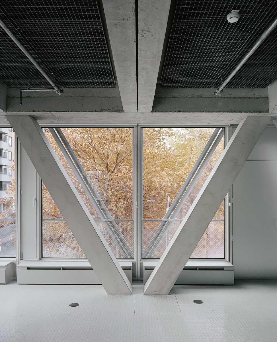 Den vorfabrizierten Betonstützen folgen die Stahlstreben der Curtain Wall.  Bilder: Rasmus Norlander
