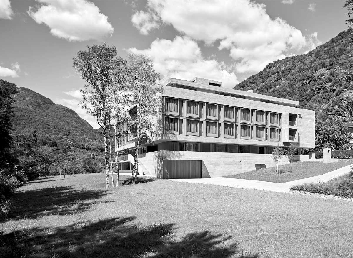 Un\\'architettura che sembra quasi più autentica dei riferimenti a cui si riferisce. Immagine: Giorgio Aeberli, Gordola