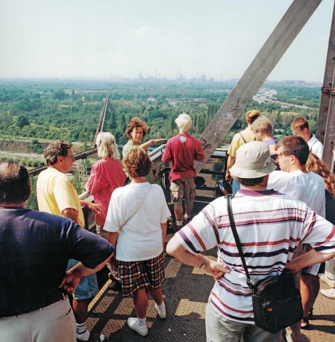 Die IBA Emscherpark legte 1989–99 die Landschaft des Ruhrgebiets unter den Trümmern der Schwerindustrie wieder frei. Der Fotograf Peter Liedtke dokumentiert seither den Wandel im Ruhrgebiet.Im Bild: Aussichtsplattform auf der Halde Emscherblick bei Bottrop