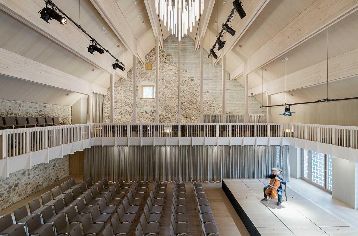 Die aufgemauerte Sandsteinwand prägt die Atmosphäre des Saals sowie seine Akustik und ermöglichte die Raumsymmetrie. Bild: Beat Bühler