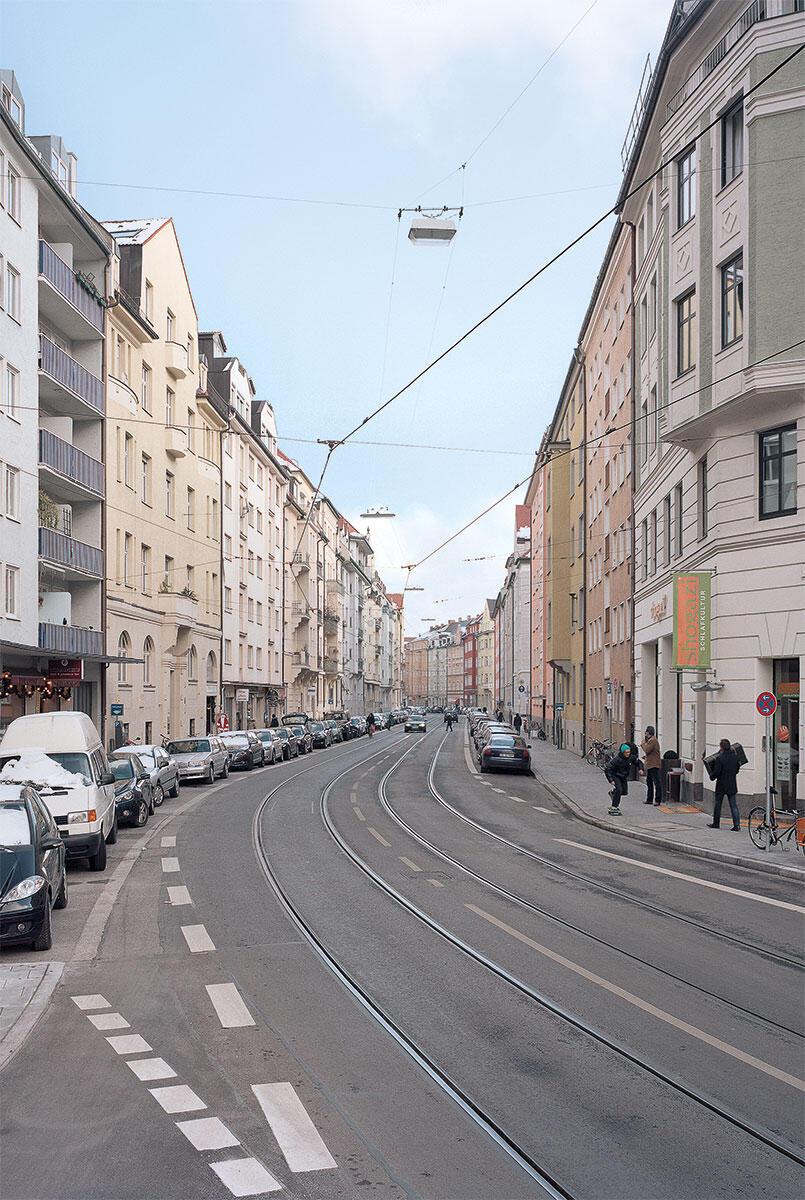 Die geschwungene Hohenzollernstrasse zeugt von Theodor Fischers Städtebau, genauso wie die gekröpften Strasseneinmündungen, wie an der Mannhardstrasse (rechts) mit Zwerchgiebeln.