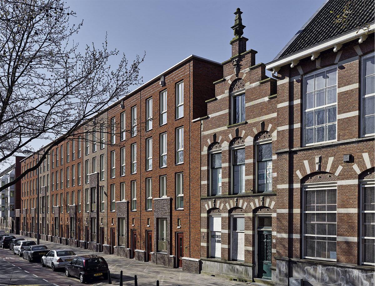 Einzelne Häuser mit je zwei Wohneinheiten reihen sich zu zwei Zeilen entlang der Strasse: Wohnsiedlung Oranjeboomstraat in Rotterdam von Hans van der Heijden.