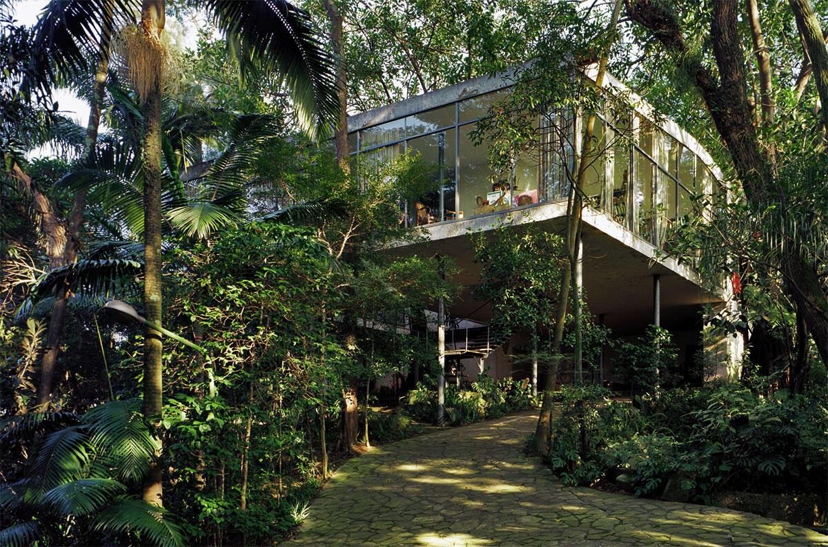 Das Haus scheint in der Natur zu schweben; es ist das Zentrum eines pittoresk gestalteten Anwesens.