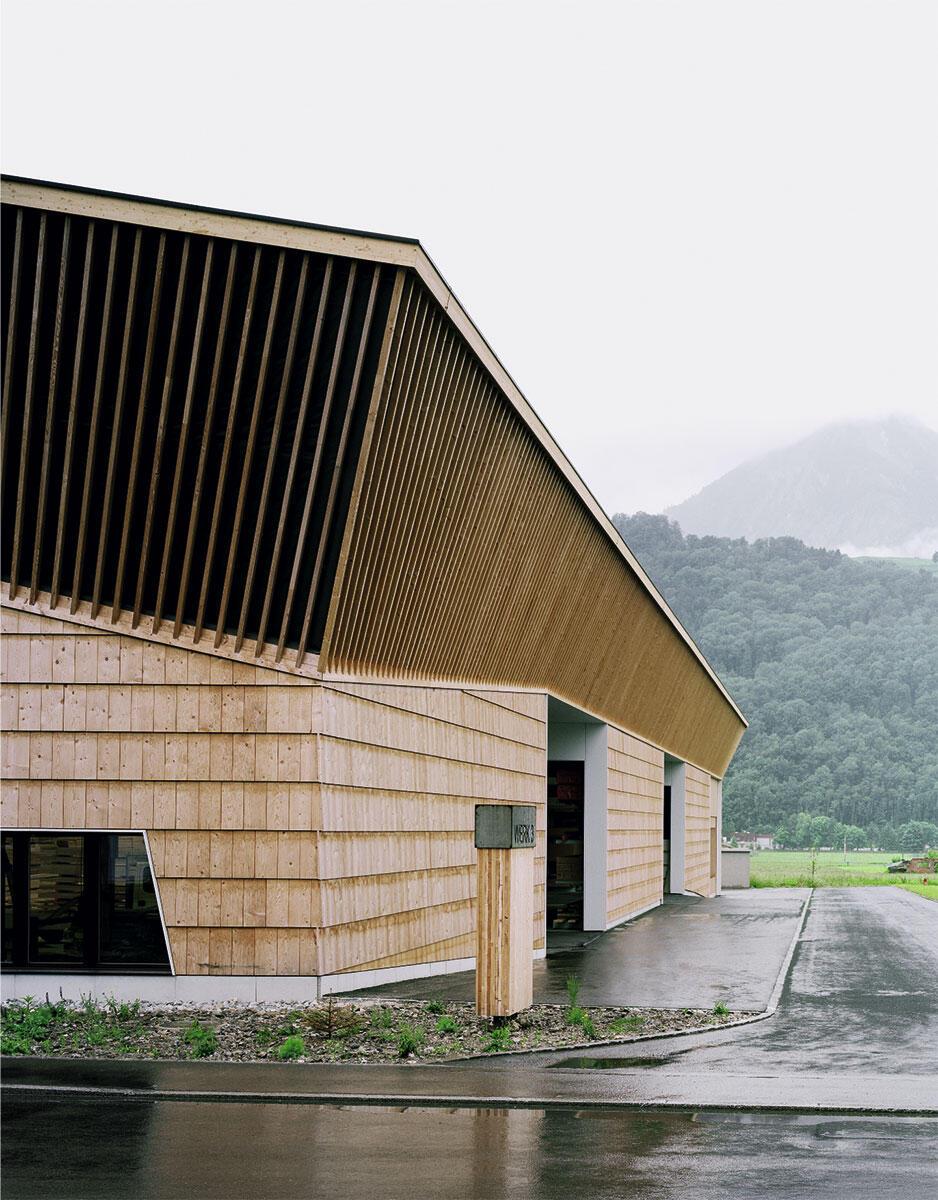 Grosse Schindeln und schräge Latten an der Dachuntersicht prägen den Ausdruck und bilden eine geschlossene, durchgehende Haut.