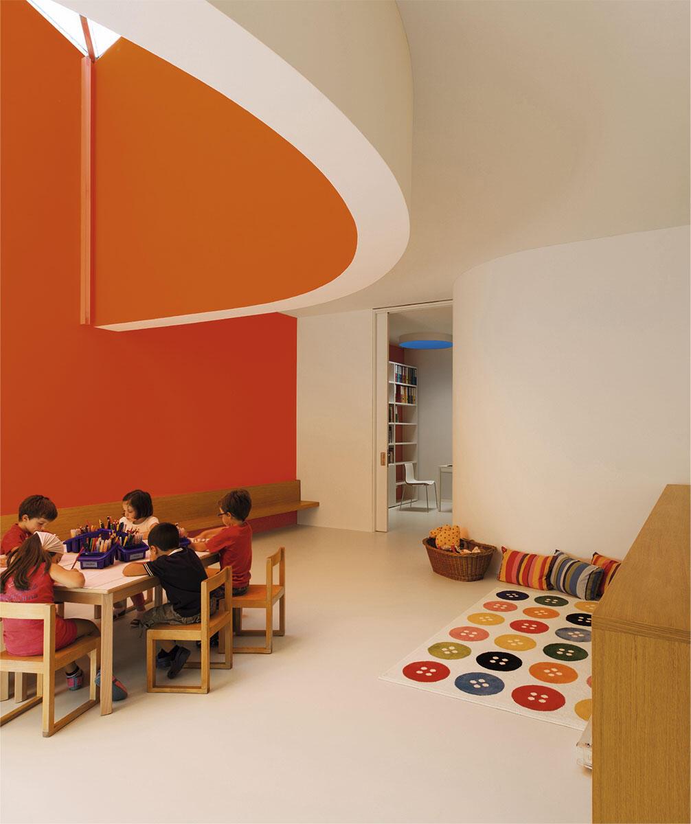 Spielecke mit Obliegt im Obergeschoss. Kindergarten in Stabio von Felix Wettstein, studio we architetti, Lugano
