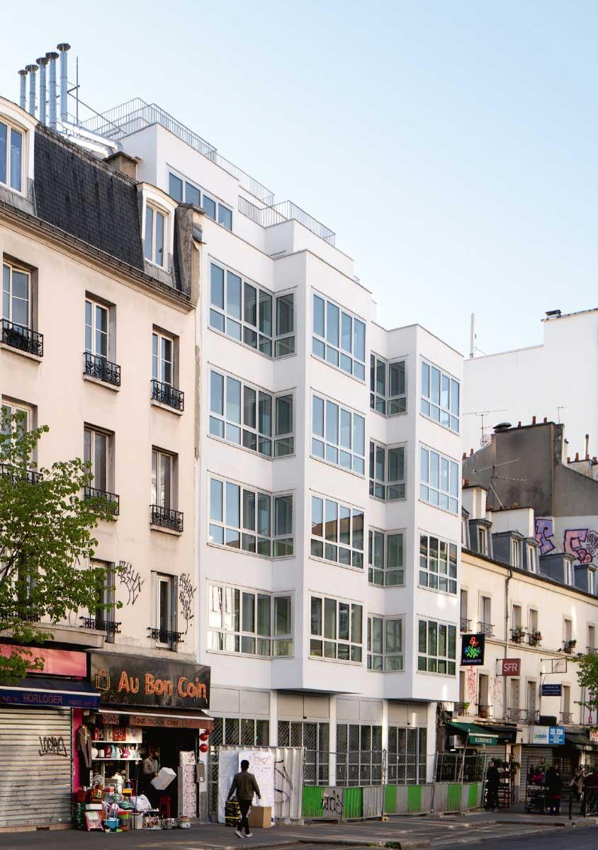 Das Wohnhaus in Paris 18e von Barrault Pressacco stellt die Tradition der massiven Strassenfassade mit einer Holzkonstruktion und ommunikativen Erkern in Frage.  Bild: Giaime Meloni