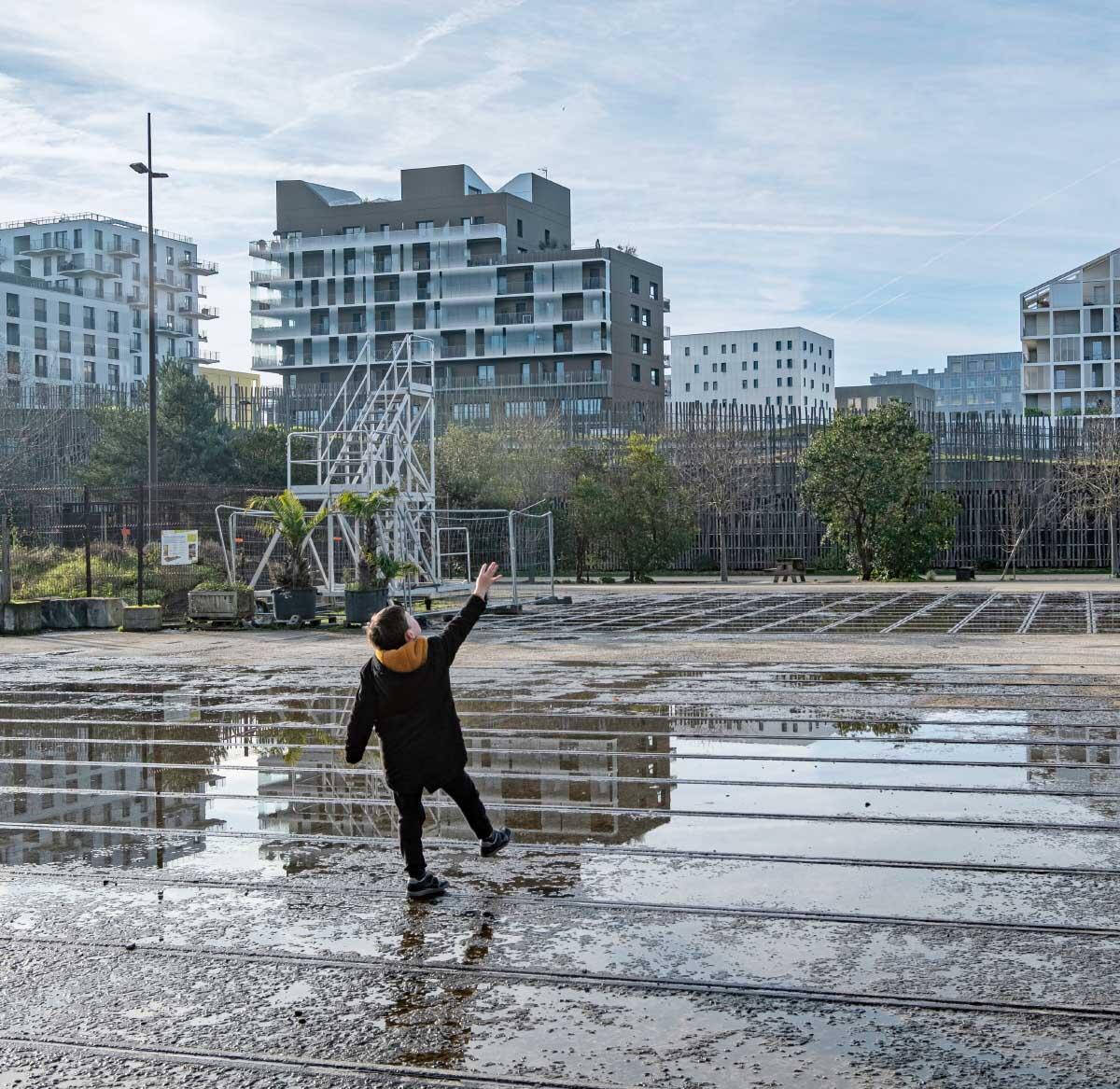 Raum für das Unfertige, gerahmt von vielfältigen Freiraumstrukturen. Esplanade des Riveurs vor dem Quartier Prairie au Duc auf der Île de Nantes.  Bild: Volker Schopp