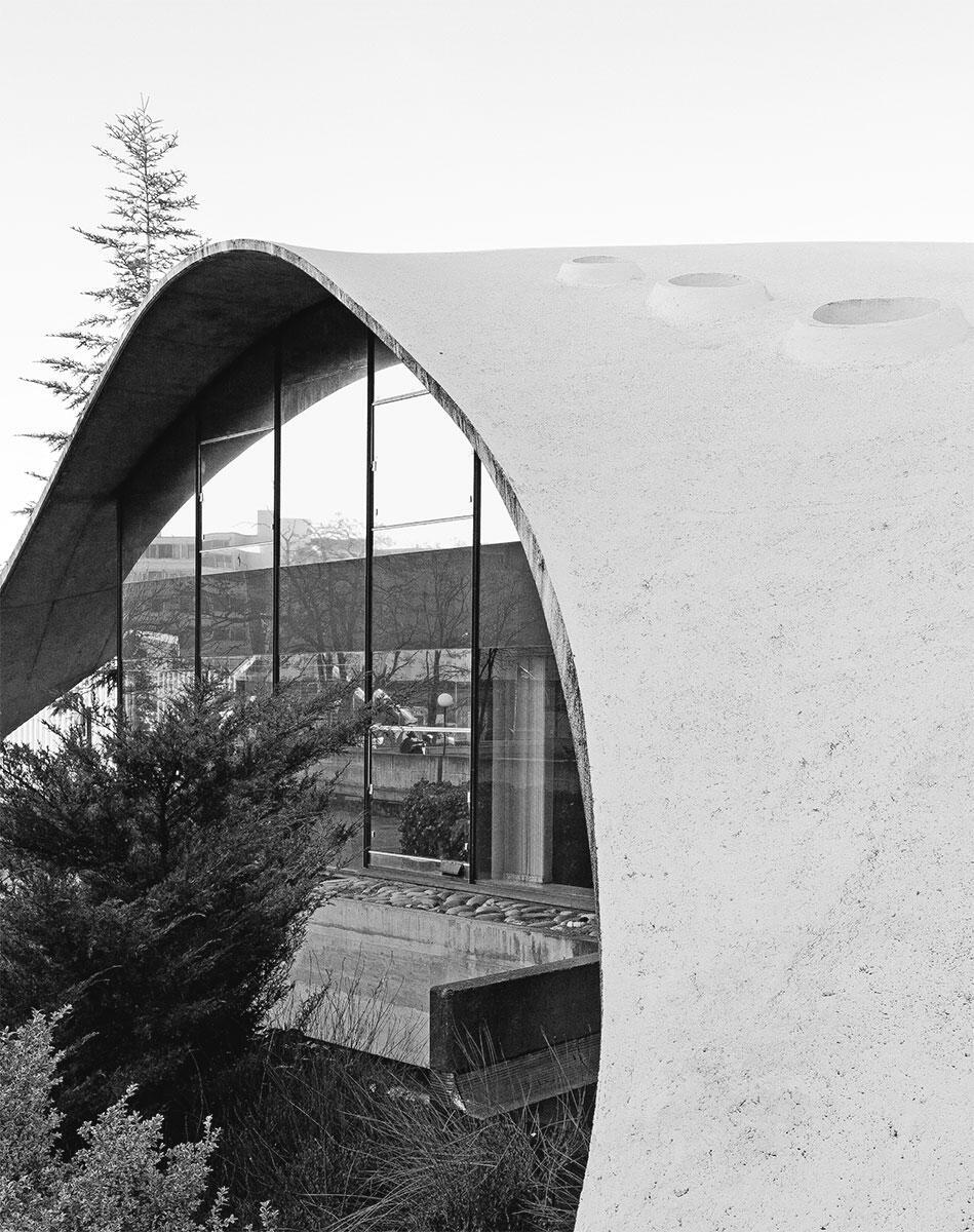 Elegant gespannte Kuppeln und hauchdünne Aussenwände charakterisieren den Pavillon von Heinz Isler.