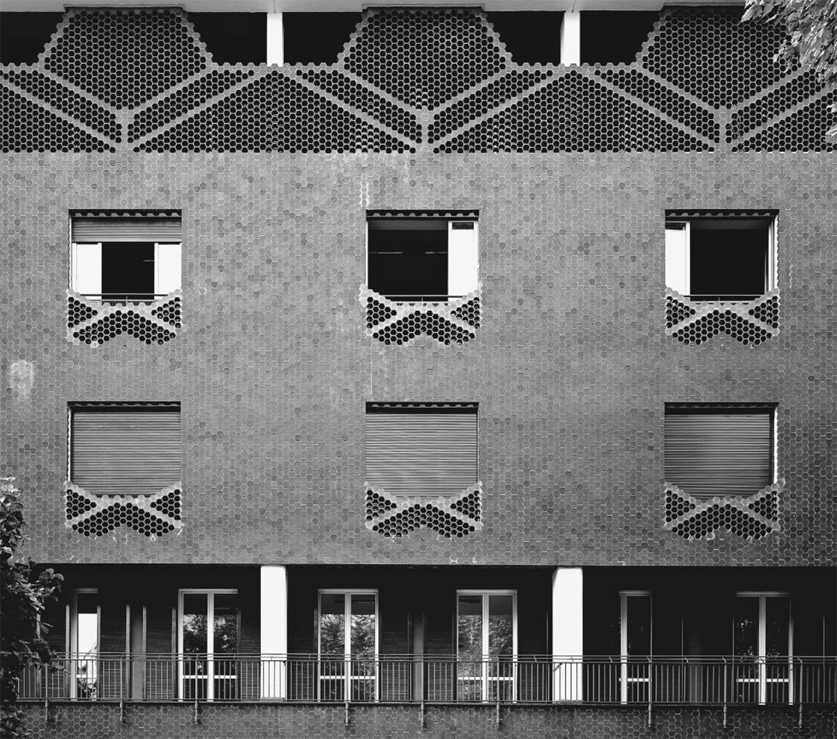 Schaufassade an der Via Sambuco. Im Dachgeschoss befinden sich die Zellen der Nonnen mit einer gemeinsamen Loggia hinter dem halbtransparenten Hohlziegelvorhang.