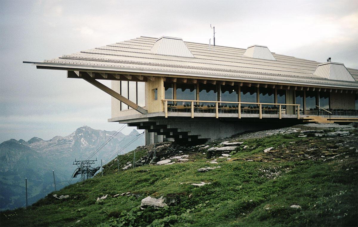 Im Schutz des mächtigen Dachs kragt das Restaurant des Chäserruggs über der bewegten Topografie des Berges aus. Architektur: Herzog & de Meuron