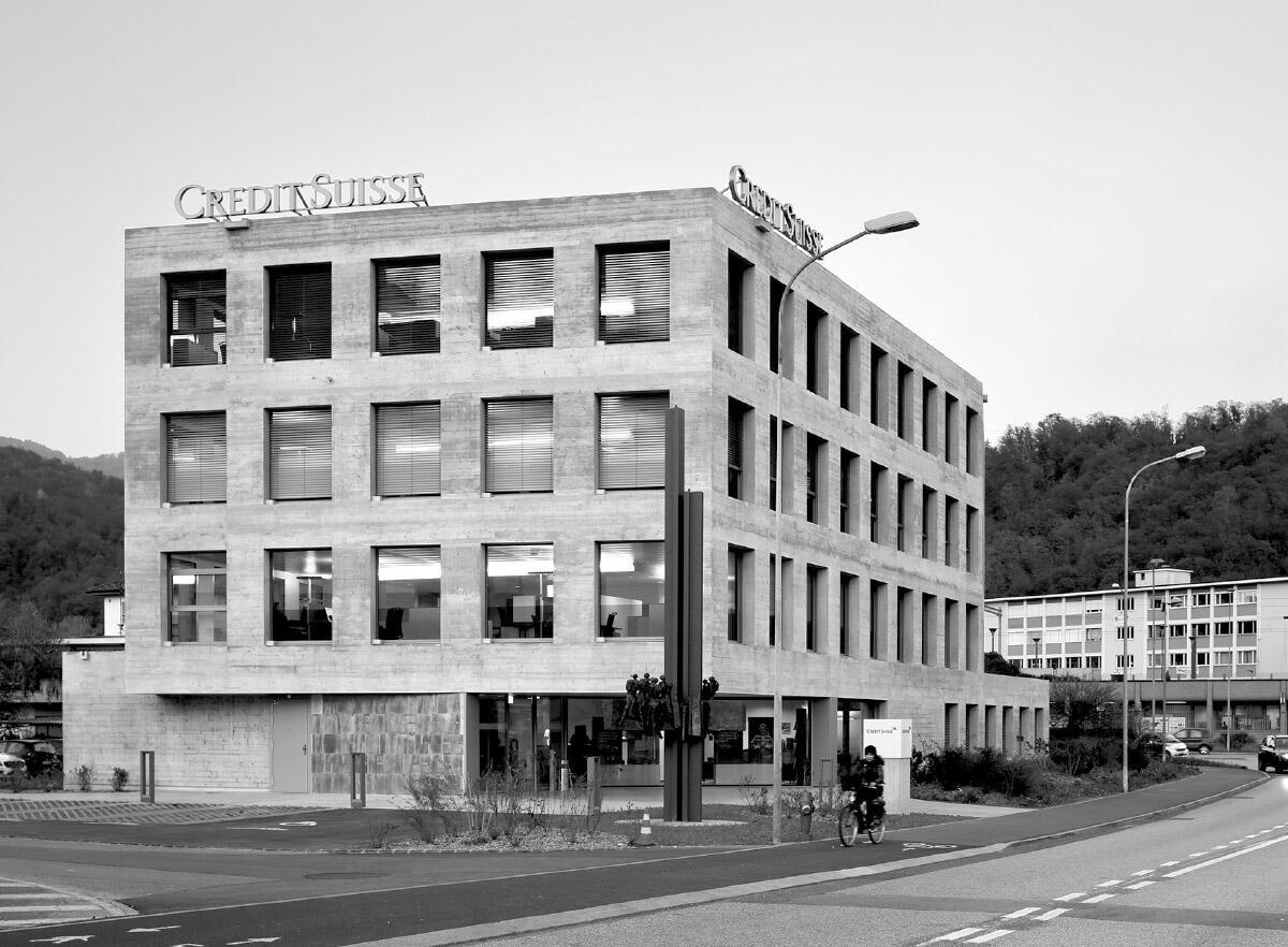 Lo stabile si affranca «come un chiodo» alla rotonda stradale e al confuso tessuto costruito della valle del Vedeggio. Imagini: Paolo Rosselli