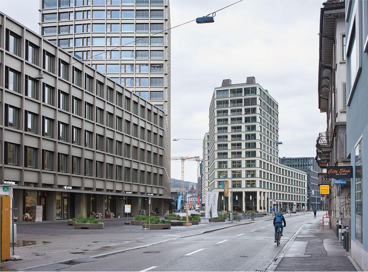 Mit ihren Hochpunkten markieren die Baufelder G (links) und E (Mitte) den neuen Gustav-Gull-Platz im Stadtraum; am rechten Bildrand die bestehende Bebauung an der Lagerstrasse, in der Mitte öffnet sich die zukünftig auch baumbestandene Europaallee in Zürich.