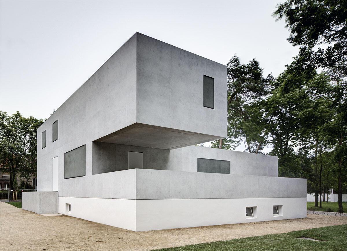 Die Rekonstruktion in abstrakter Form stellt die Kompositionsidee der Moderne modellhaft zur Schau: Meisterhäuser Bauhaus Dessau von Bruno Fioretti Marquez Architekten.