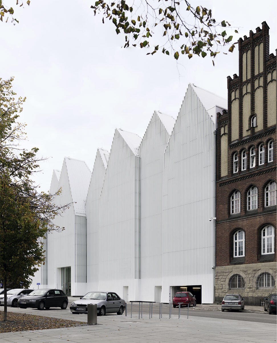 An die Polizeiwache schmiegt sich Stettins neue Philharmonie am Plac Solidarności. Eine doppelte Glashülle umspielt das Ensemble mit seinen spitzen Dachgiebeln.