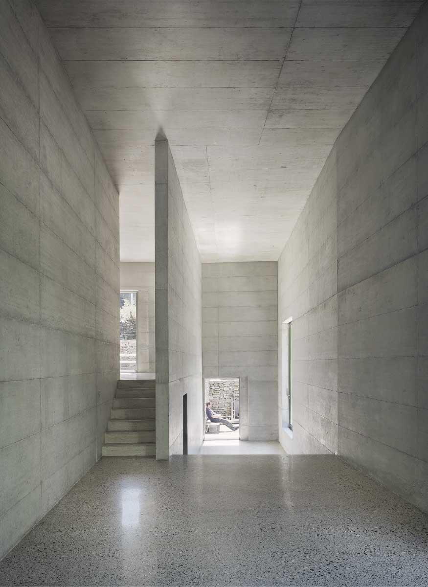 Variationen eines Themas: Wandscheiben und Treppen leiten den Weg durch das Haus. In den Schlafzimmern, zwischen Küche und Wohnen, Blick in die Bibliothek. Bild: Fabien Schwartz