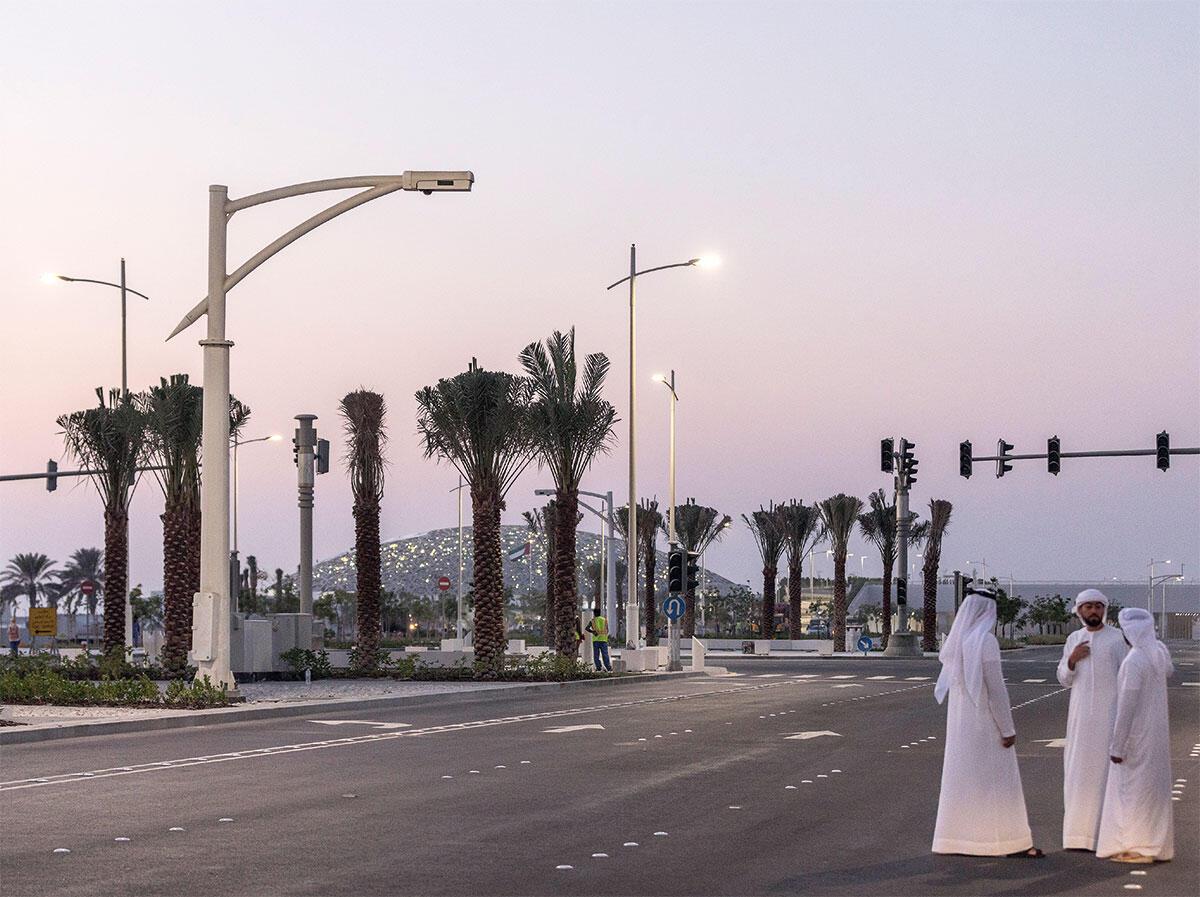 Blick auf den Louvre Abu Dhabi vom Festland aus. Eine Museumsstadt erscheint als Fatamorgana in der blauen Stunde. Bild: Laurian Ghinitoiu