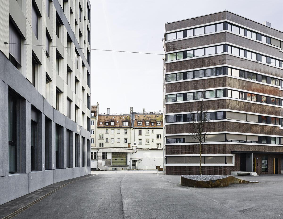Von der neuen Bebauung her gesehen erscheint die bestehende Stadt gerahmt und ausgestellt; dennoch schaffen die Bodenbeläge bis an ihre Fassade eine räumliche Kontinuität, die mehr verbindet als trennt. Das Verbindende wird verstetigt über Wege, die durch die Überbauung führen.