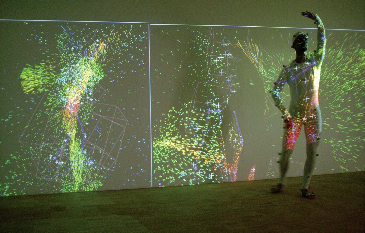 Projekt Spacensing: Raumerfahrung und Bewegung. Tanzbewegungen konditionieren durch projizierte Formen und Farben den Raum, auf den der Tänzer in der Improvisation reagiert. Im Rahmen des Projekts wurde eine Kollektion solcher rückbezüglicher Setups entwickelt, auch unter Verwendung physikalischer Simulationen.