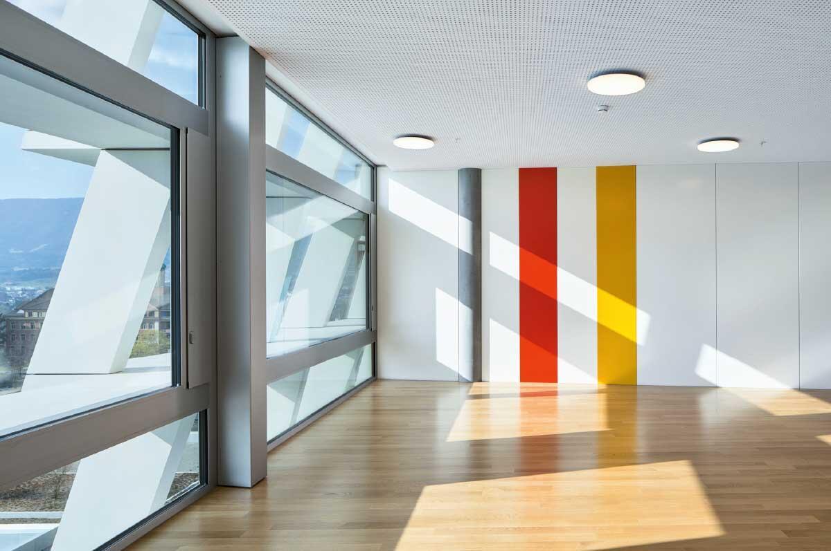 Die warmen Farben charakterisieren die oberen Stockwerke mit den Bettentrakten. Aus den Zimmern hat man allseits beste Aussicht auf die heilende Natur. Bild: Ralph Feiner