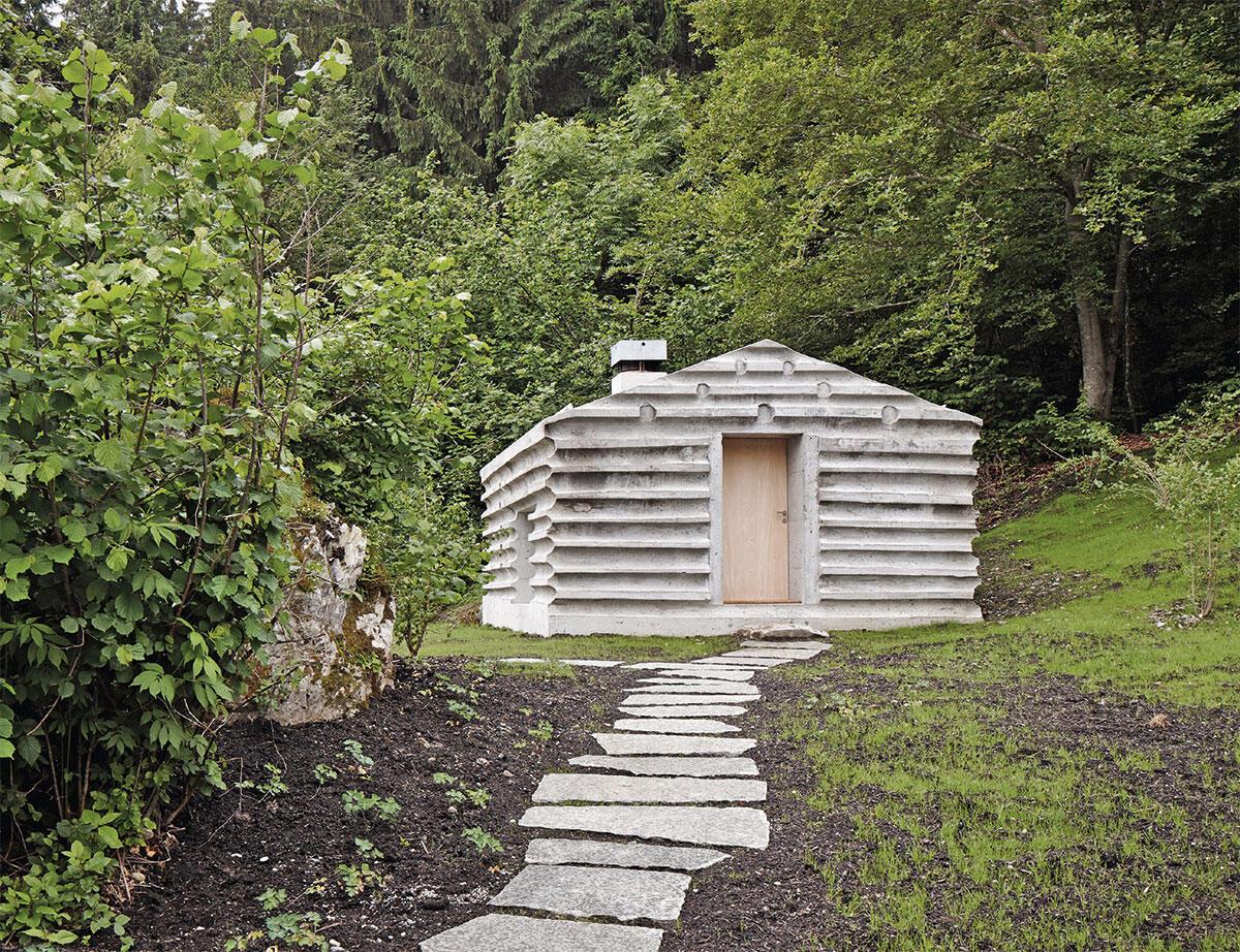 Le refuge Lieptgas, un modeste ouvrage sur deux niveaux en béton, narre une histoire relative au territoire dans lequel il s'inscrit.