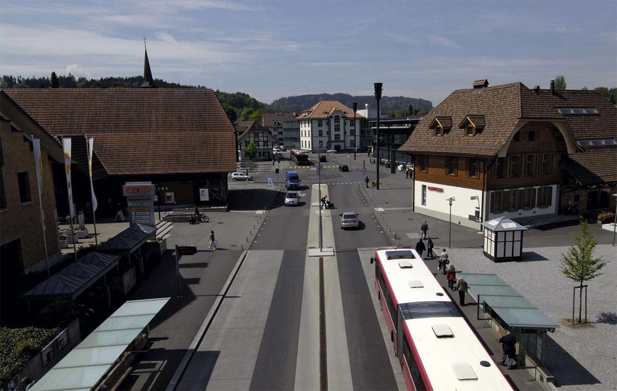 Das Zentrum Köniz nach der Umgestaltung 2004: Für Bus und Autos nur eine Fahrspur, das Überqueren der Strasse ist jederzeit überall erlaubt.