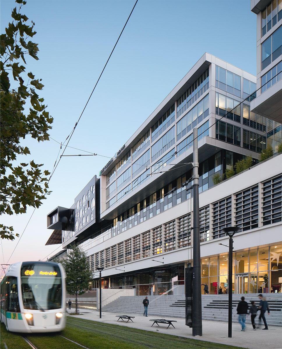 Die Aufstockung schafft ein neues Quartier in Paris: Sie aktiviert nicht nur das alte Lagerhaus, sondern auch den Boulevard Macdonald direkt davor. Masterplan: OMA, Rotterdam