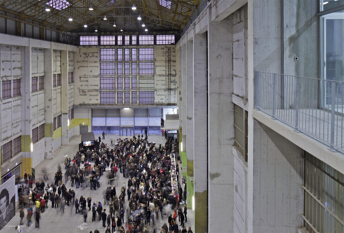 Das ambitionierte Programm wurde in einem identischen Neubauvolumen neben der ehemaligen Werfthalle untergebracht. In ihrer Substanz weitgehend belassen, dient diese dem FRAC in Dünkirch nun als offen programmierbarer Raum.
