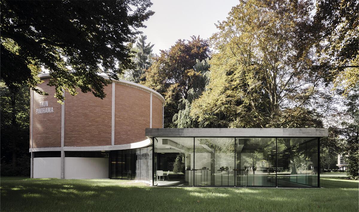 Aus dem Rund des Schutzbaus von 1961 schwingt sich die Erweiterung von 2014 weit in den Park hinaus: Thuner Wocher-Panorama von Graber & Steiger Architekten.