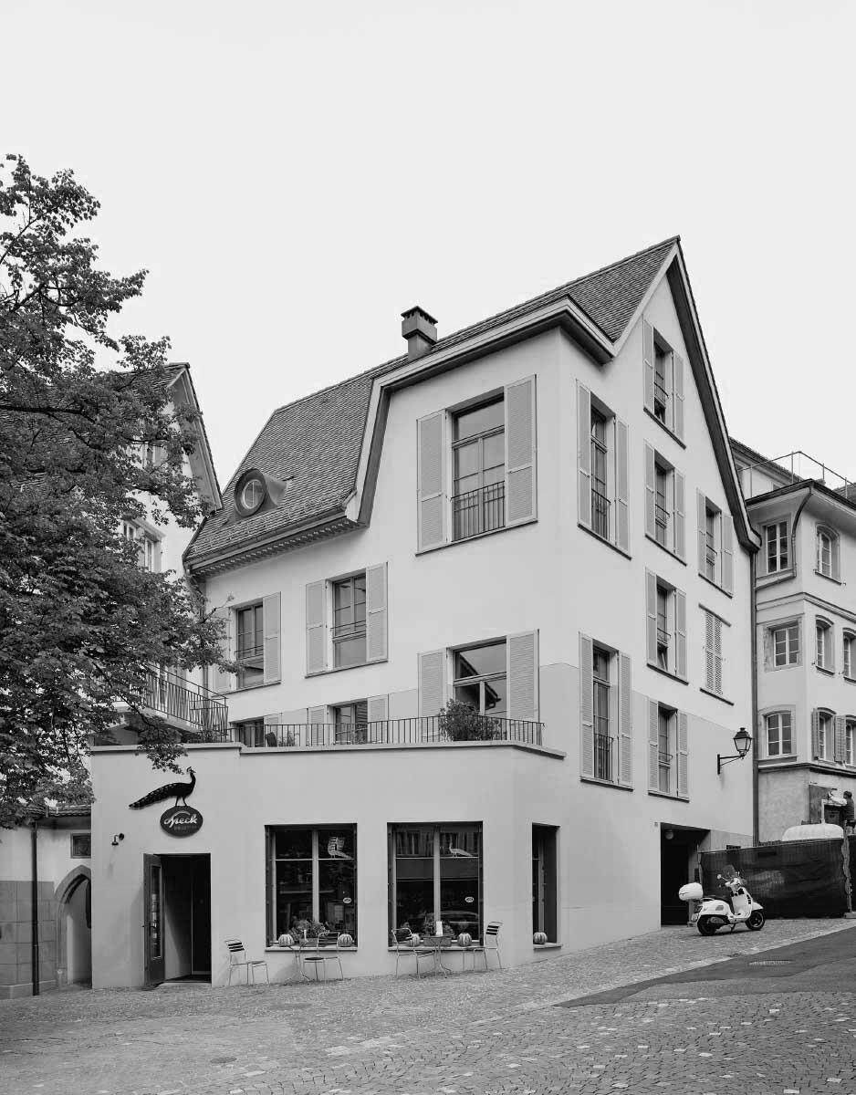 Mit einer asymmetrisch gesetzten Lukarne verschafft sich der Neubau verstärkte Präsenz am Kolinplatz. Bild: Rasmus Norlander