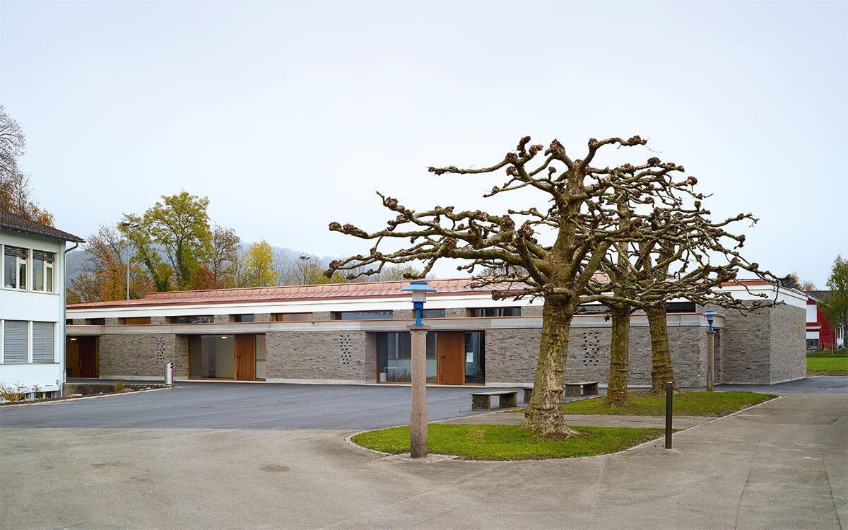 Statt dem geforderten Anbau an den Bestand schlugen Franco Pajarola und Christian Bühlmann einen frei stehenden Neubau vor: Primarschule in Mülligen. Bild: Benedikt Redmann
