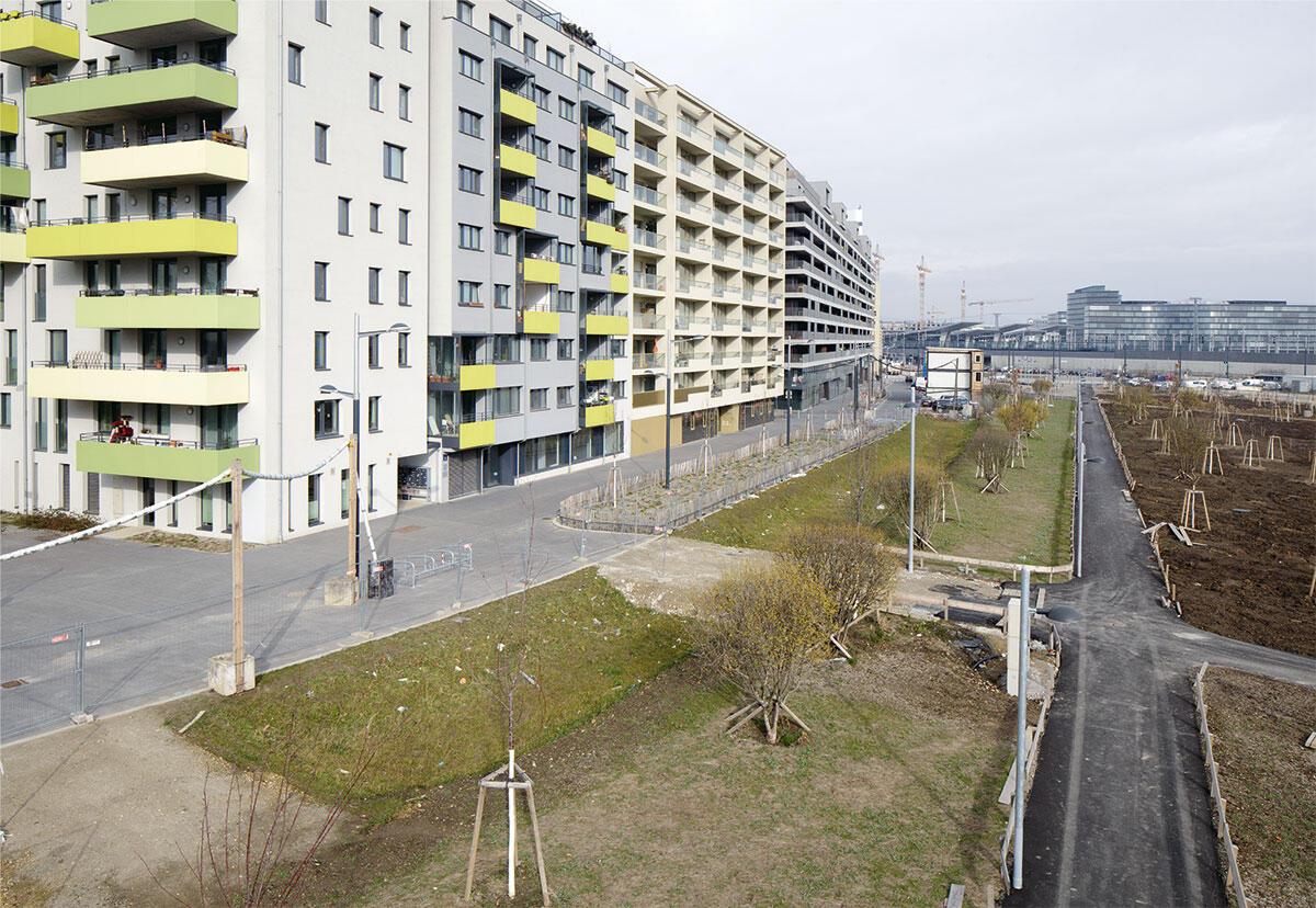 Die Erdgeschosse am Helmut-Zilk-Park im Wiener Sonnwendviertel verströmen nicht die Euphorie einer Park-Avenue: Zudem verläuft zukünftig die Strassenbahn direkt an dieser Parkkante entlang.