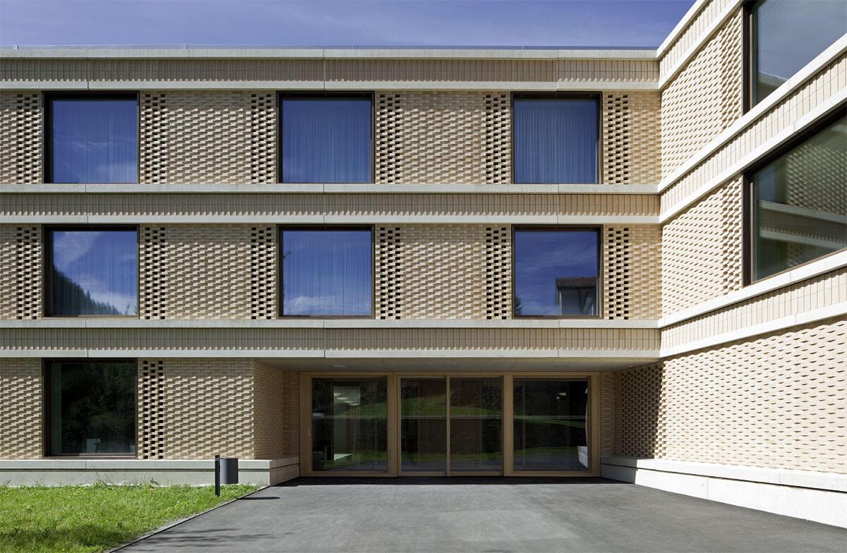 Eingangsbereich an der Ostfassade des Neubau Zentrums für Alterspsychiatrie Klinik St. Pirminsberg in Pfäfers von huggenbergerfries Architekten.