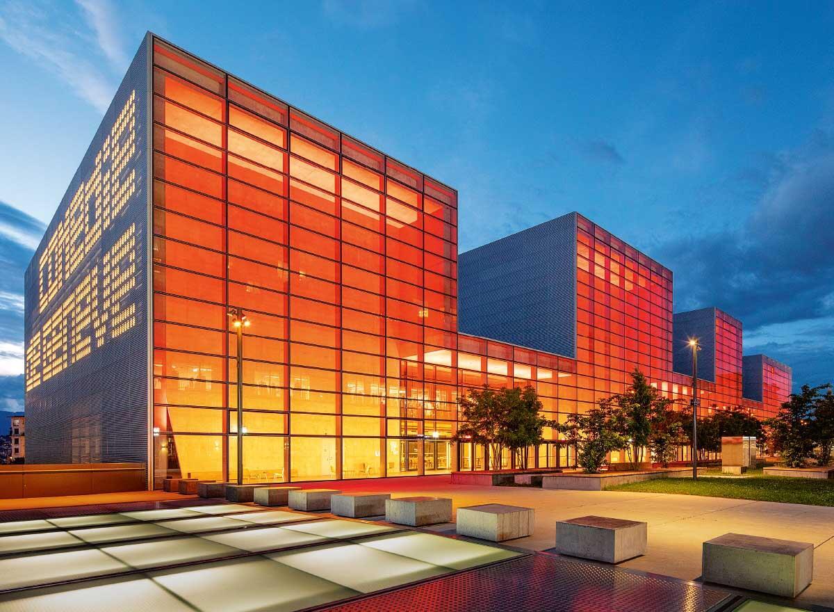 Vor allem nachts gibt sich der industriell anmutende Neubau mit seiner farbigen Beleuchtung als Theater zu erkennen. Bild: Yves André