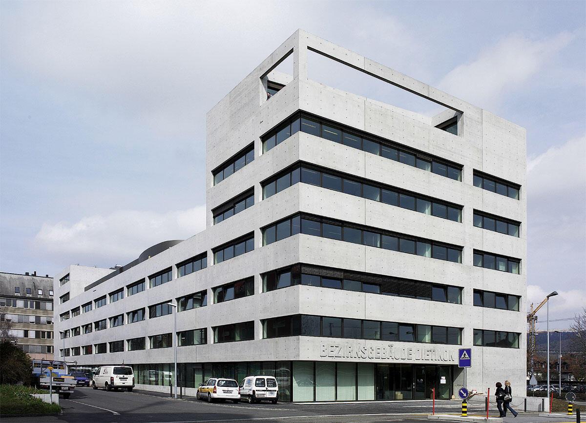 Zum Bahnhofsplatz in Dietikon markiert der siebengeschossiger Kopfbau des Bezirksgebäude von Andy Senn Präsenz.