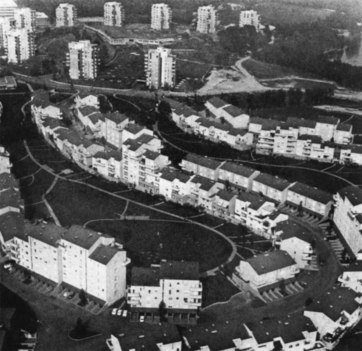 Die Luftaufnahme von Caccia Dominionis Siedlung San Felice gibt Aufschluss über die Vielfalt der Wohntypen und die klare Ordnung der Räume.