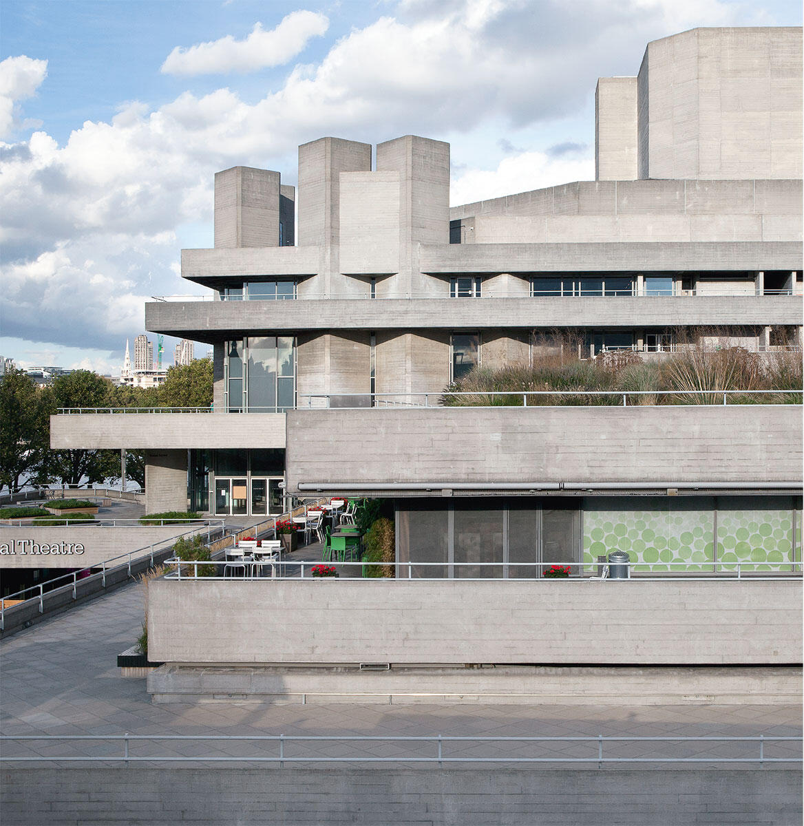 Ausladende Terrassen und markante Treppenund