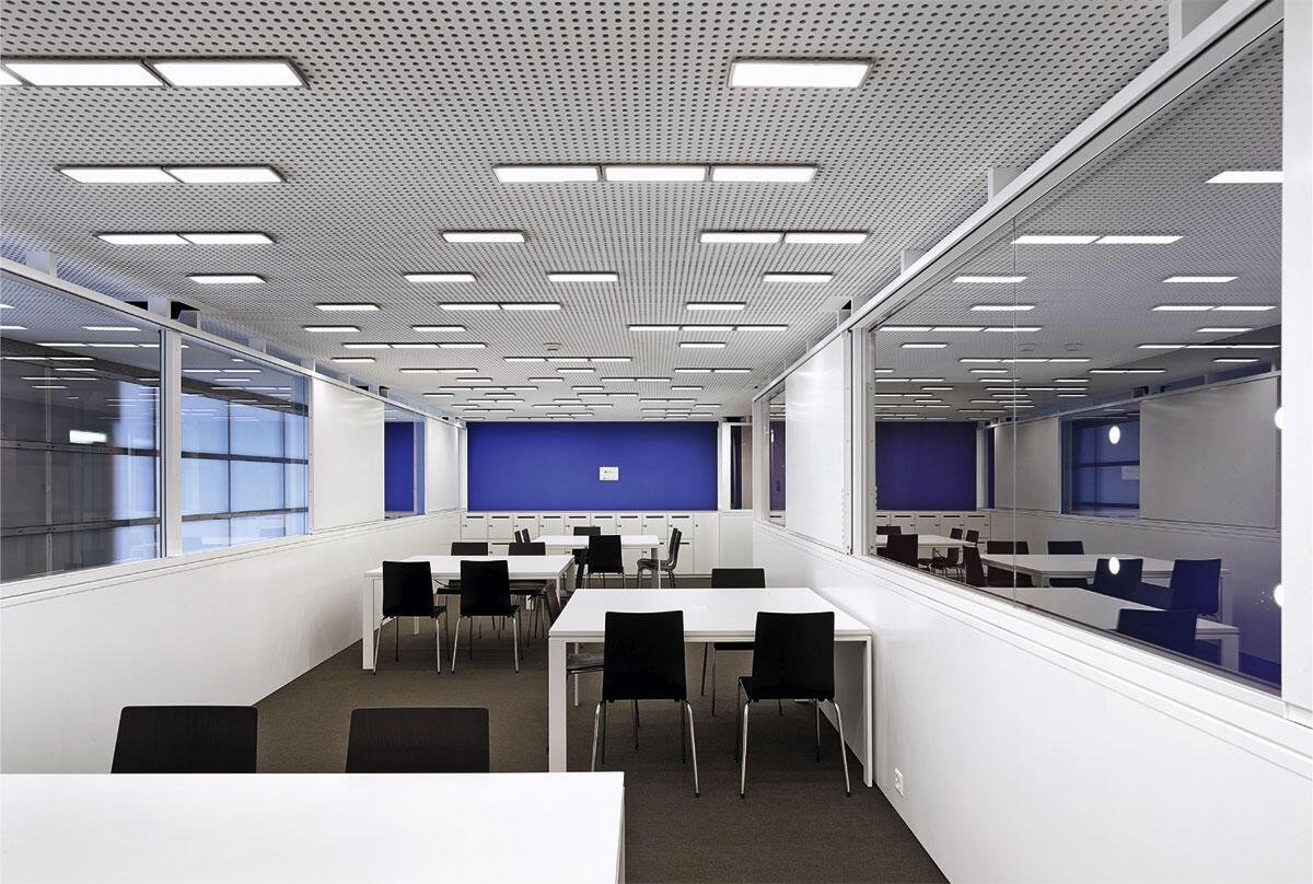 OLED-Leuchtelemente «Oviso» an der Decke der Hochschule Luzern