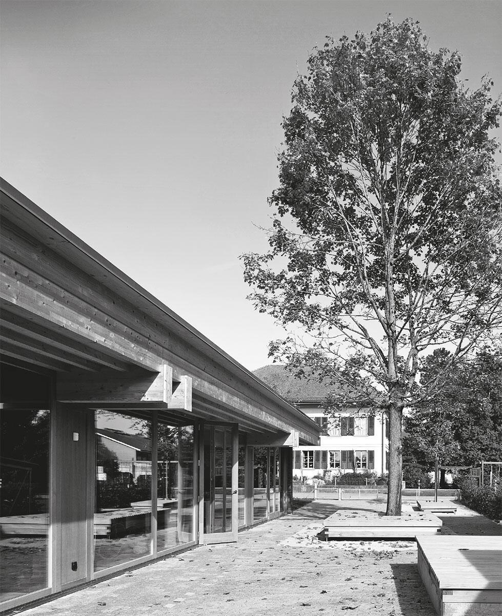 Der Überstand des sorgfältig gefügten Holzdachs bildet auf der Gartenseite einen geschützen Bereich.